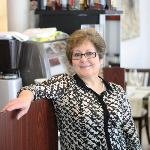 Alice dos Santos ist die Gastgeberin und Küchenchefin vom Restaurant Grotto Reale. Dort erleben die Gäste von Alice eine tolle mediterrane Küche.